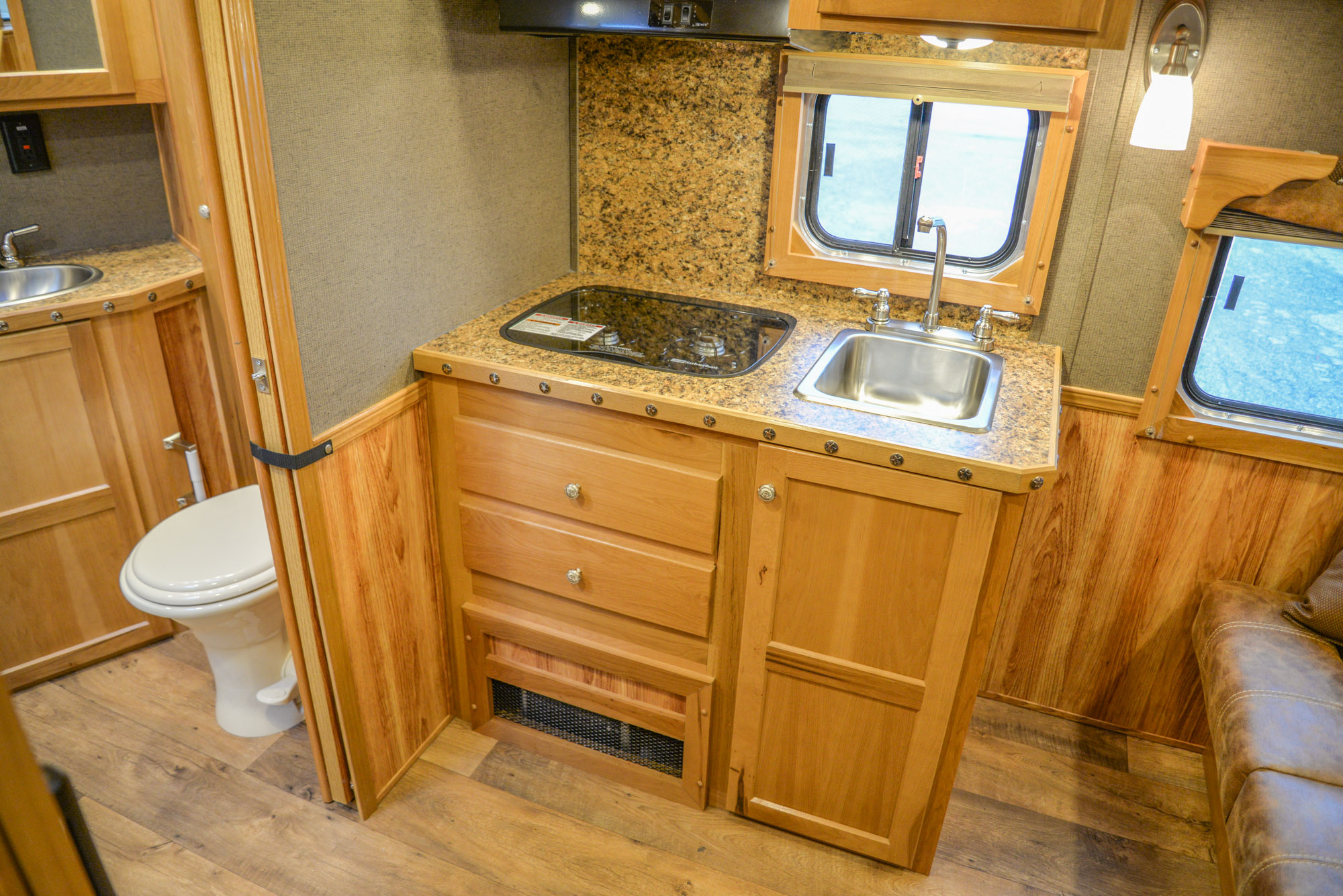 Farmyard Interior in a Laramie SL8X11SR | SMC Horse Trailers