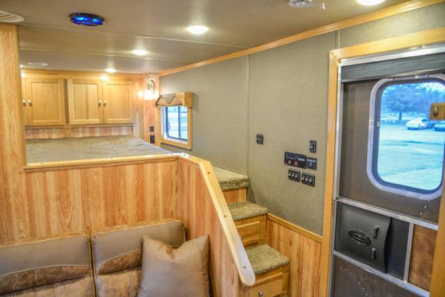 Farmyard Interior in a Laramie SL8X11SR | SMC Horse Trailers